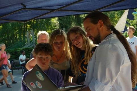 Roger forklarer hvilke krefter prøvekaninen Mari ble utsatt for på SpeedMonster.
